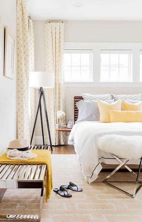 6. Abajur de pé para quarto decorado em cores claras – Foto: Home Fashion Trend