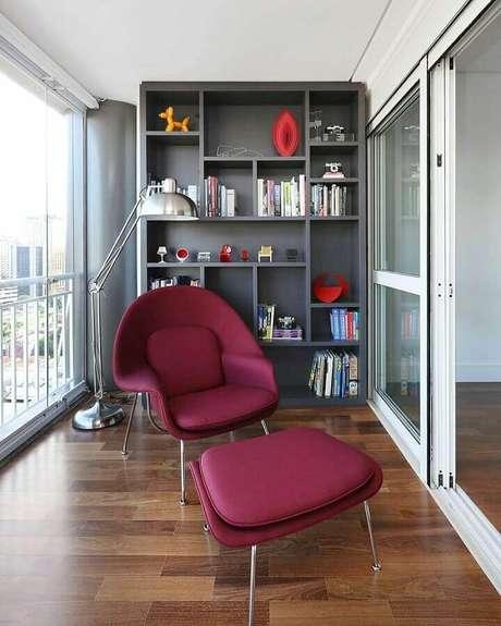 63. Varanda decorada com poltrona confortável e abajur de pé moderno – Foto: Home Fashion Trend