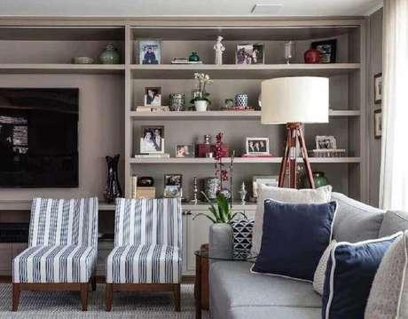 25. Abajur de pé para sala moderna decorada com estante cinza planejada – Foto: Marina Linhares Interiores