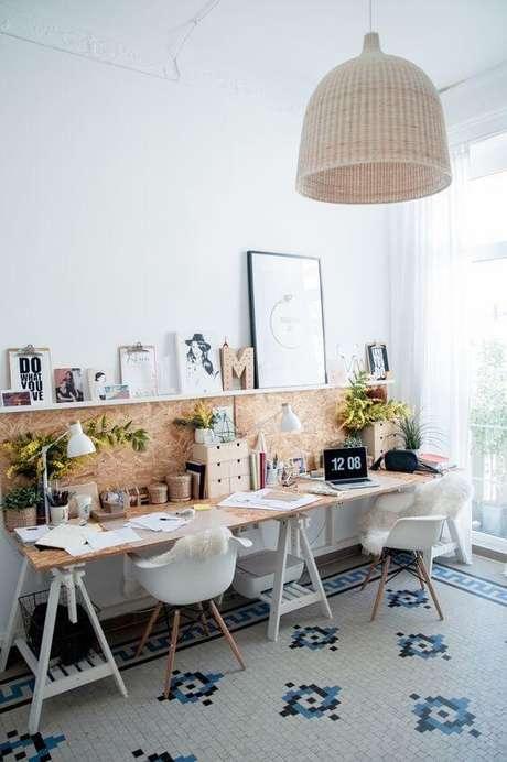 51. Escritório com mesa de cavaletes para dos lugares – Foto Pinterest