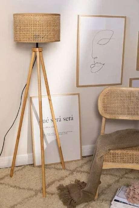 46. Decoração em cores neutras com abajur de pé de madeira com acabamento rústico – Foto: Pinterest