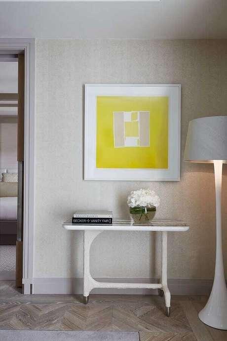 29. Decoração clean com aparador pequeno e abajur de pé alto branco – Foto: Pinterest