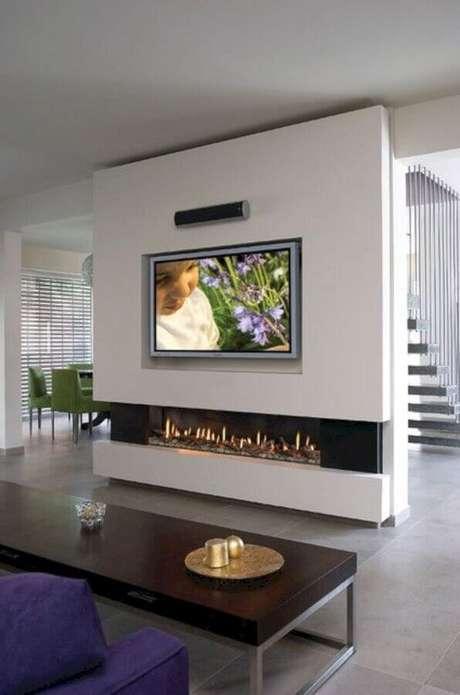 36. Decoração moderna para sala com lareira grande a gás – Foto: Pinterest