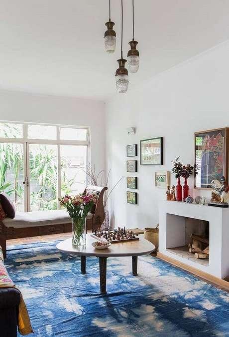 57. Tapete azul para decoração de sala com lareira – Foto: Jeito de Casa