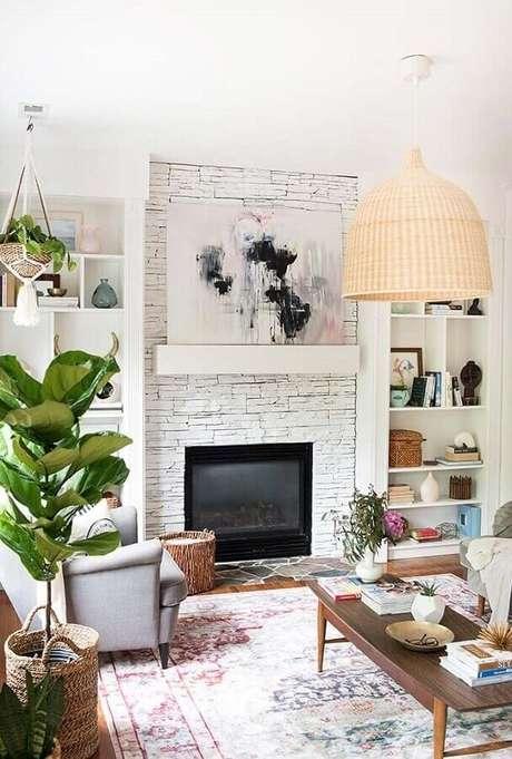 38. Luminária rústica para decoração de sala com lareira e revestimento de pedra – Foto: Decoholic