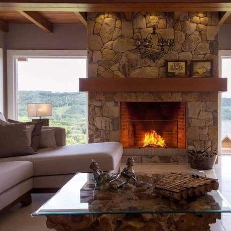 44. Revestimento de pedra para decoração de sala com lareira rústica – Foto: Casa de Valentina