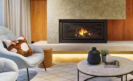 33. Decoração moderna de sala com lareira elétrica – Foto: Kontrast Interiors
