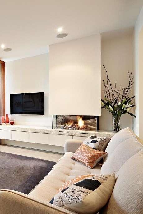 29. Decoração em cores claras para sala com lareira a gás – Foto: Apartment Therapy