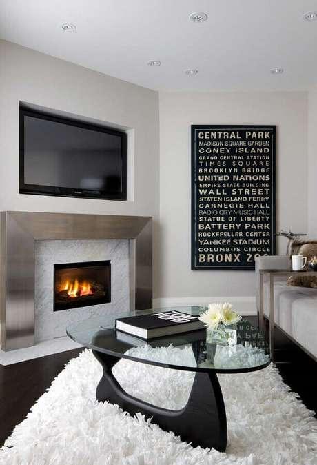 21. Decoração com tapete felpudo para sala com lareira a gás – Foto: Otimizi