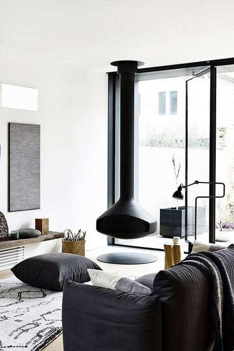 20. A lareira de ferro suspensa deixa a decoração da sala branca muito mais moderna – Foto: Home Fashion Trend