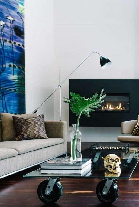 35. Decoração moderna para sala com lareira elétrica e mesa de centro de vidro – Foto: Futurist Architecture