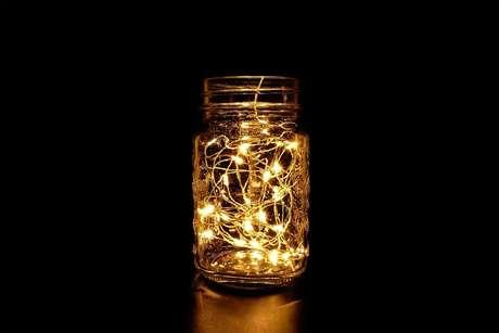 1. Ideia simples de luminária com potes de vidro e luzinhas Foto istockphoto