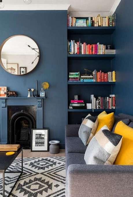 12. Cor azul para decoração de sala com lareira clássica – Foto: Pinterest
