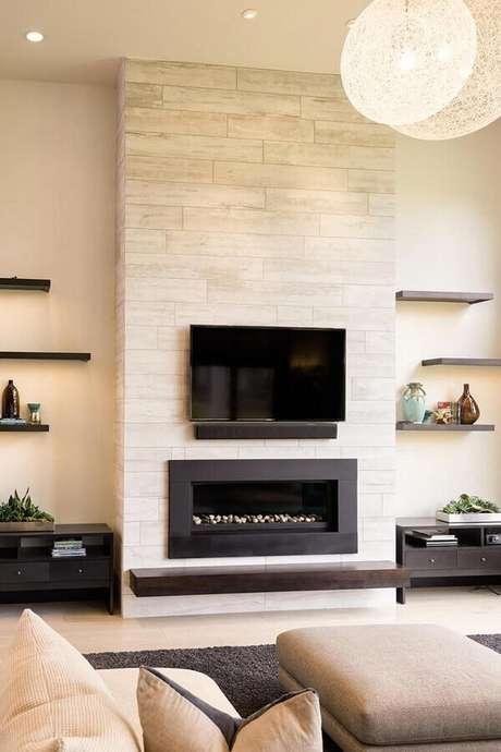 15. Cores neutras para decoração de sala de estar com lareira a gás – Foto: Jeito de Casa