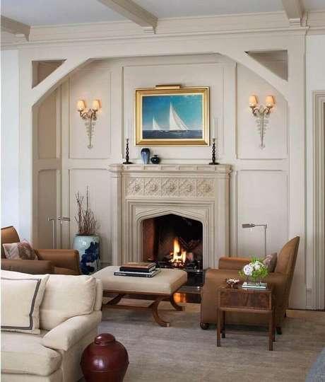 19. Decoração clássica em cores neuras para sala com lareira a lenha – Foto: Home Fashion Trend