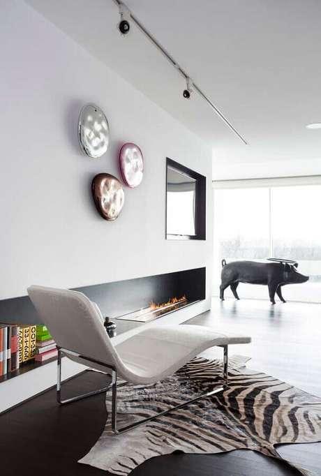 32. Decoração minimalista para sala com lareira grande – Foto: Homify