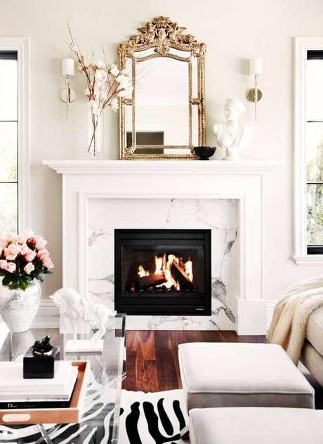 18. Decoração clássica para sala com lareira sofisticada – Foto: The Decorista