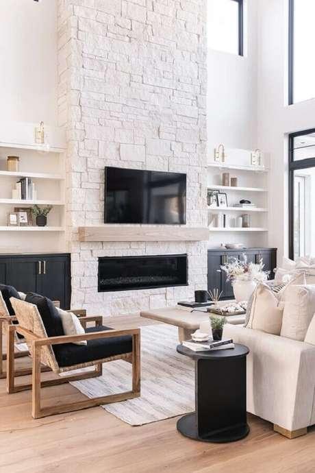 1. Além de ajudar a esquentar, a lareira para sala também trás um toque especial à decoração – Foto: Monarch Plank