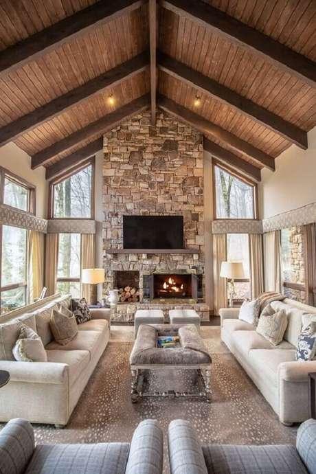 4. Revestimento de pedras para decoração de sala com lareira rústica a lenha – Foto: Houzz