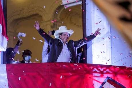 Pedro Castillo acena para simpatizantes em Lima 15/06/2021 REUTERS/Sebastian Castaneda