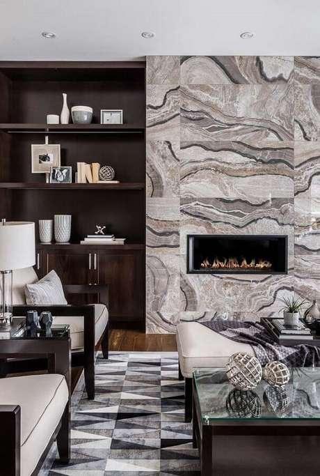 27. Decoração de sala com lareira sofisticada e estante de madeira – Foto: Houzz