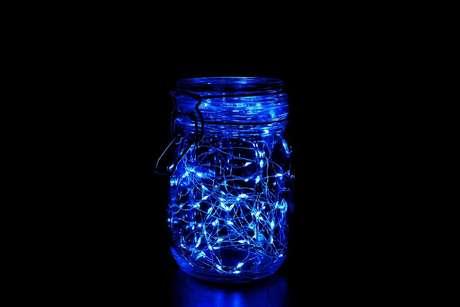 2. Modelo de luminária colorida feita com pote de vidro e luz azul – Foto: istockphoto