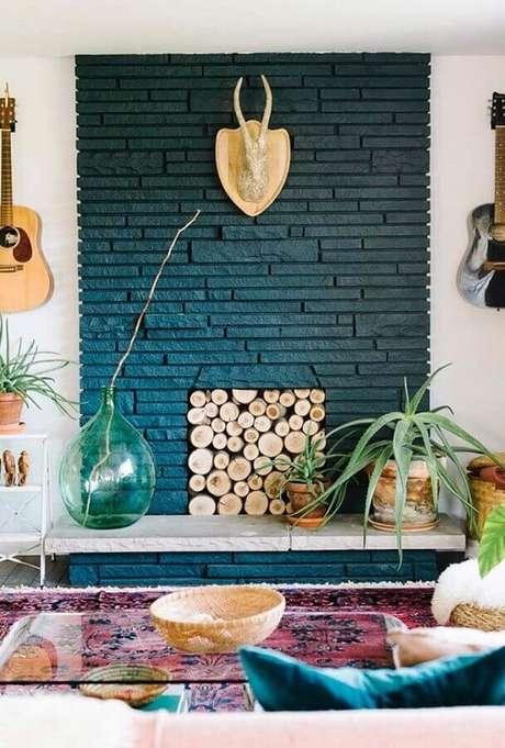 49. Sala com lareira rústica decorada com mesa de centro de vidro – Foto: Pinterest