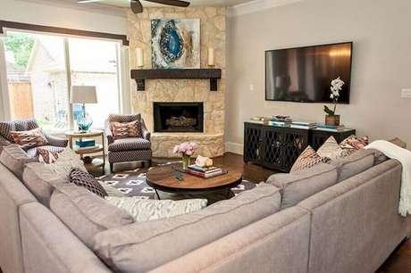 54. Sofá de canto para decoração de sala com lareira de canto rústica – Foto: Pinterest