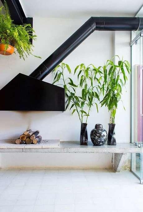 7. A lareira de ferro suspensa dá um toque moderno à sala branca decorada – Foto: Apartment Therapy