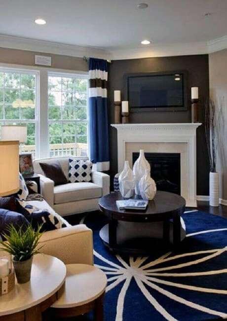 17. Decoração clássica para sala com lareira e tapete redondo azul e branco – Foto: Next Luxury