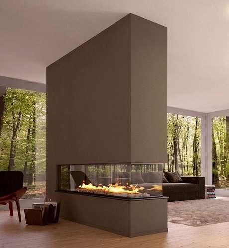 37. Decoração moderna para sala de estar com lareira grande – Foto: Pinterest