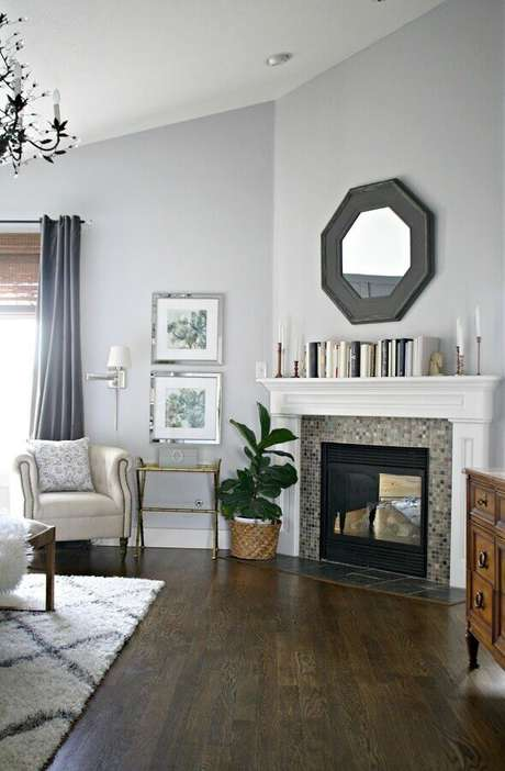 24. Decoração de sala com lareira e vaso de planta no chão – Foto: Pinterest