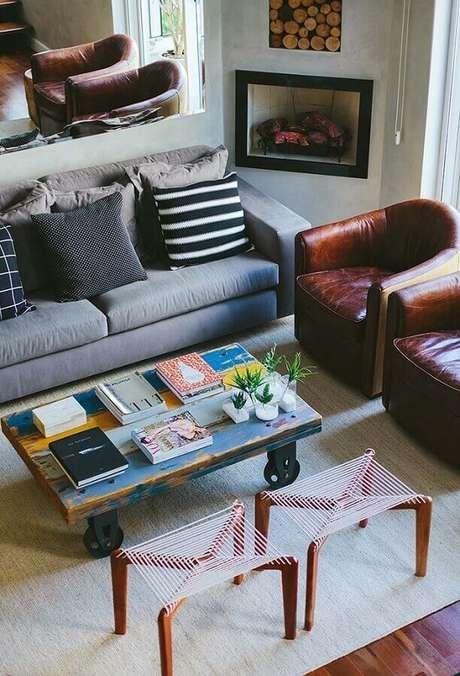 40. Poltronas de couro para decoração de sala com lareira de canto – Foto: Pinterest