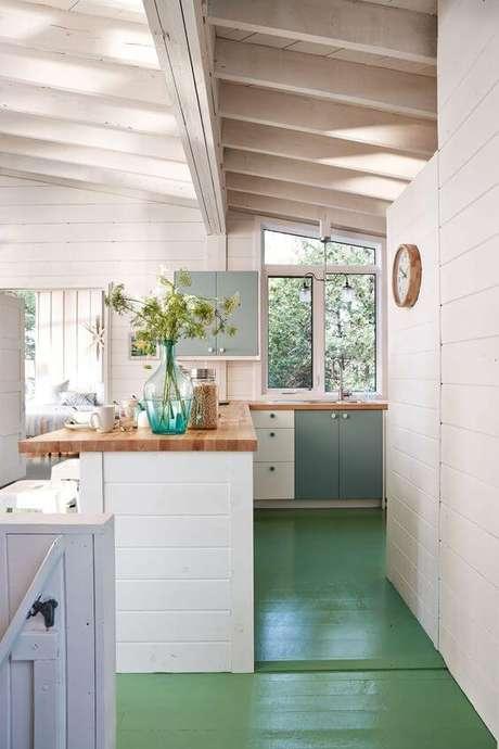 5. Piso pintado verde com cozinha rustica branca e cinza – Foto Sarah Richardson Design