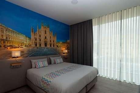 9. Decoração criativa para quarto de casal com cabeceira colorida – Foto: habitissimo