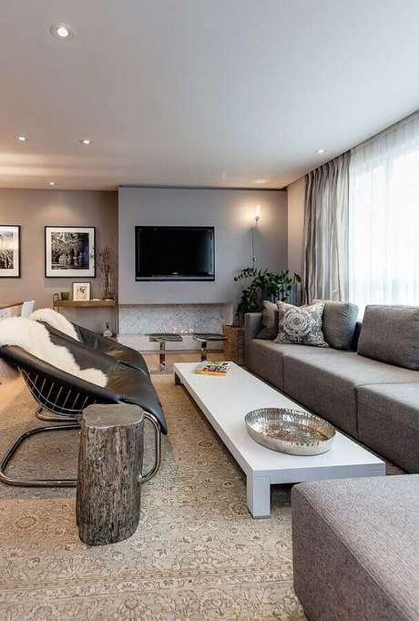 16. Decoração na cor cinza para sala com lareira e poltronas modernas – Foto: Houzz
