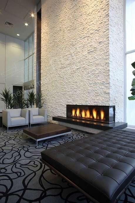 34. Decoração moderna de sala de estar com lareira elétrica de canto – Foto: Pinterest