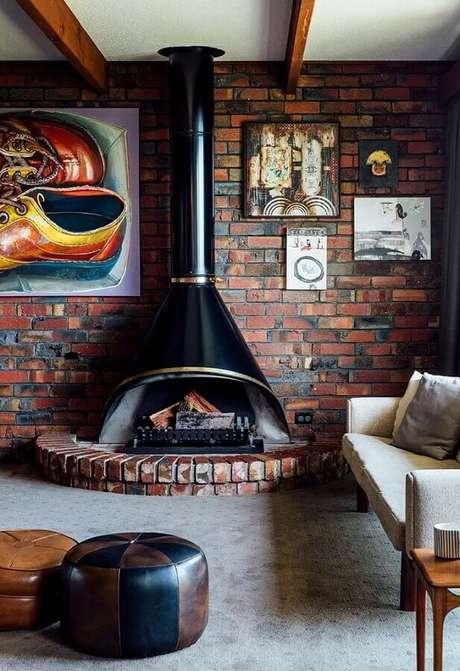 25. Decoração de sala com lareira rústica de ferro e tijolinho à vista – Foto: Pinterest