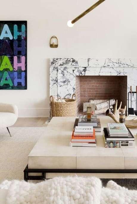 30. Decoração em cores claras para sala com lareira rústica revestida de tijolinho – Foto: Pinterest