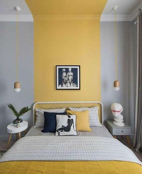 2. Decoração de quarto cinza e amarelo com cabeceira de ferro branca – Foto: habitissimo