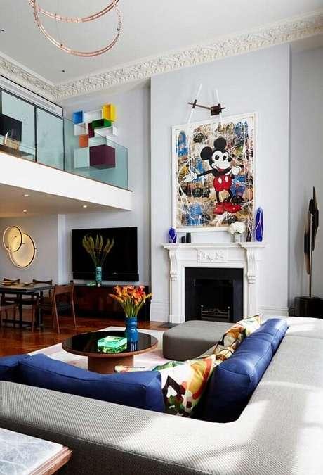 41. Quadro grande para decoração de sala com lareira clássica e sofá de canto – Foto: Home Fashion Trend