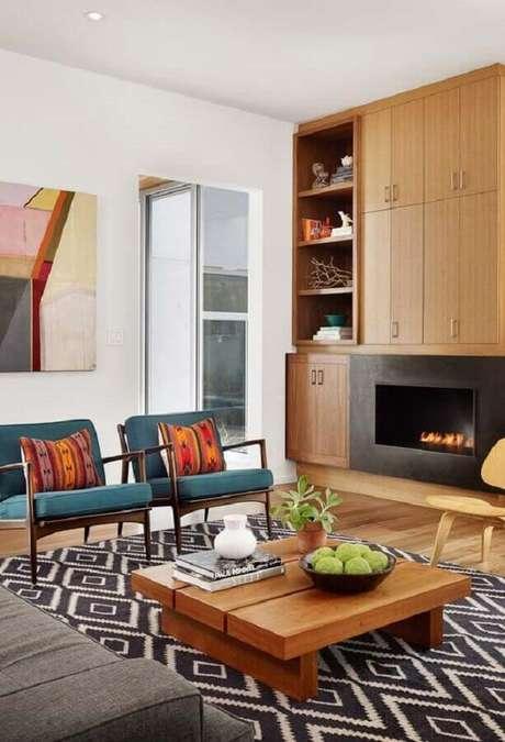 11. Armário de madeira planejado para decoração de sala com lareira – Foto: Jeito de Casa