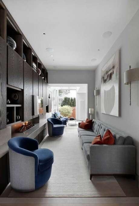 53. Sala moderna decorada com lareira e poltrona azul – Foto: Home Fashion Trend
