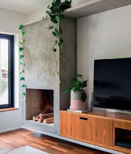 42. Rack de madeira para decoração de sala de estar com lareira rústica – Foto: Dicas Decor
