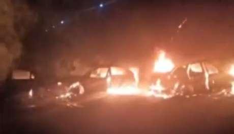 Criminosos colocam fogo em carros para impedir ação da polícia