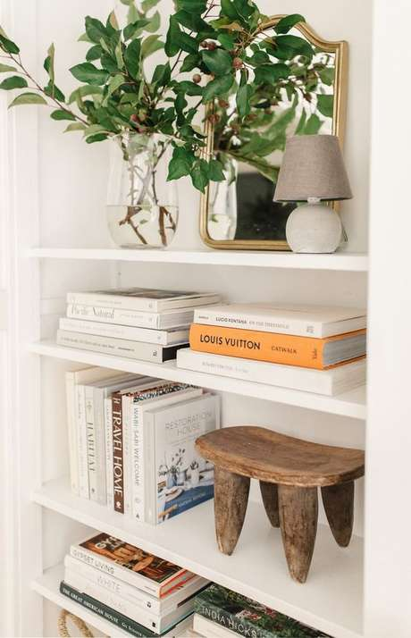 52. Livros são os melhores enfeites para estante – Foto Harlow James