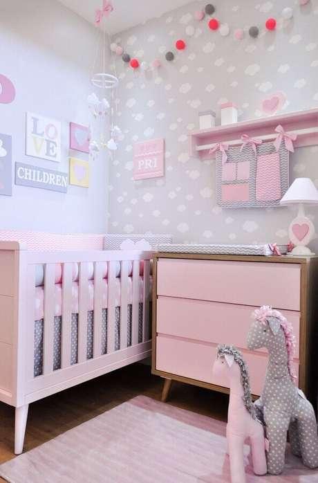50. Quarto de bebê cinza e rosa decorado com cômoda com trocador – Foto: Puro Amor Baby Shop