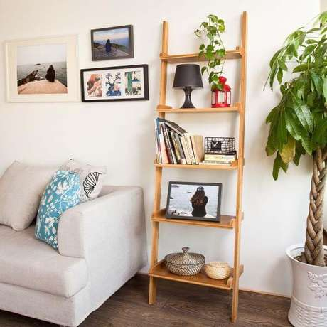 61. Sala com sofá cinza e estante cavalete de madeira – Foto Design Rulz