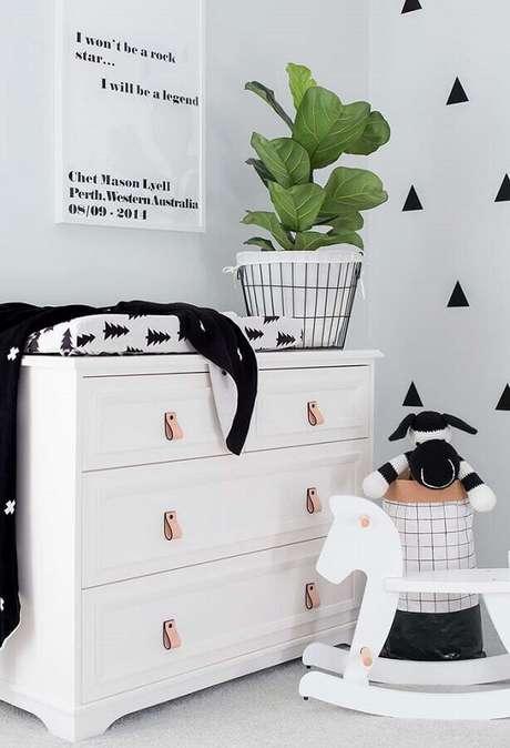 33. Decoração clean para quarto com cômoda de bebê com trocador branca – Foto: Pinterest