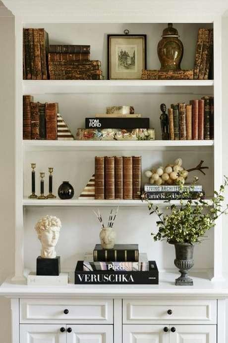18. Enfeites para estante com livros e vasos de flores – Foto Mignon nedecor